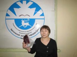 Директор колледжа Елена Антипина демонстрирует оленину в вакуумной упаковке
