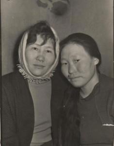 В оленеводстве (Д.Н.Курилова справа)